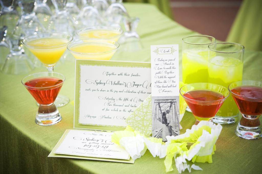Elegant-garden-wedding-bright-signature-drinks.full