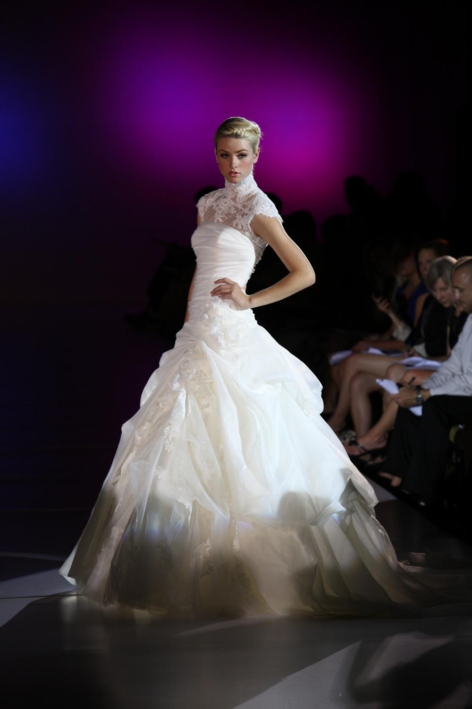Enzoani-ferryn-silk-organza-wedding-dress-lace-spring-2010-side.full
