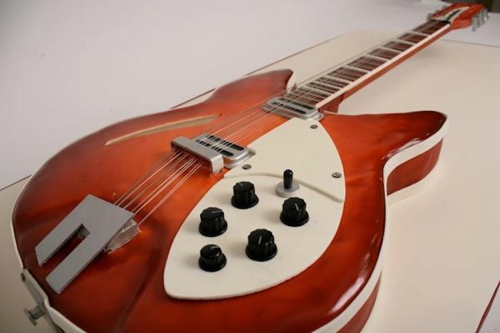 Creative-wedding-cakes-for-the-groom-guitar.full