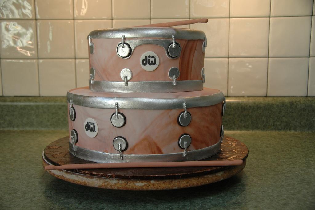 Fun-wedding-cake-ideas-grooms-cakes-drum-set.full