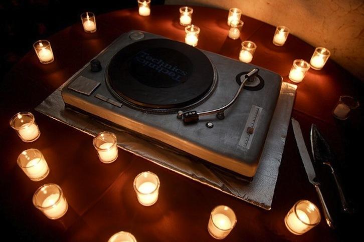Fun-grooms-cakes-for-djs-music-lovers.full