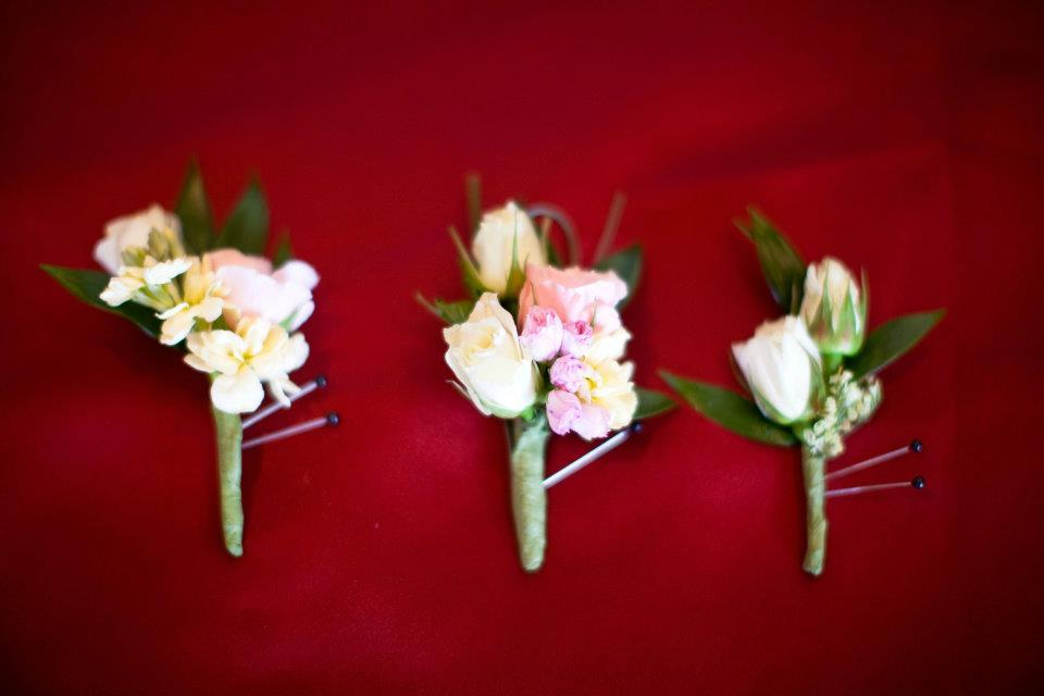 Romantic-boutonnieres-for-the-groom-groomsmen.full