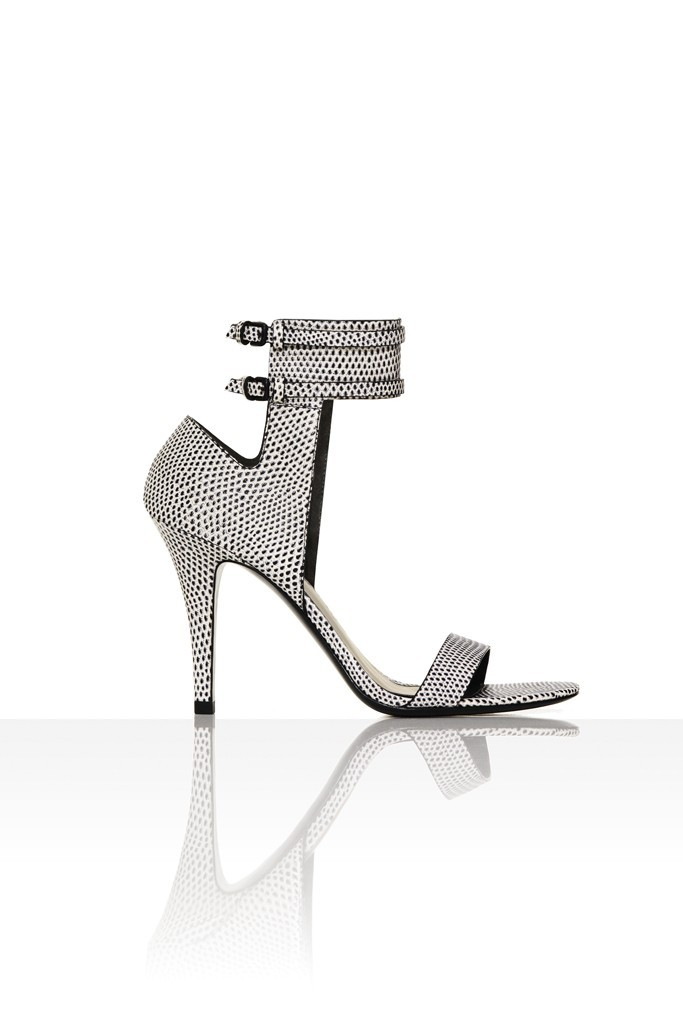 Bridal-accessories-2013-trends-black-white-wedding-shoes.full