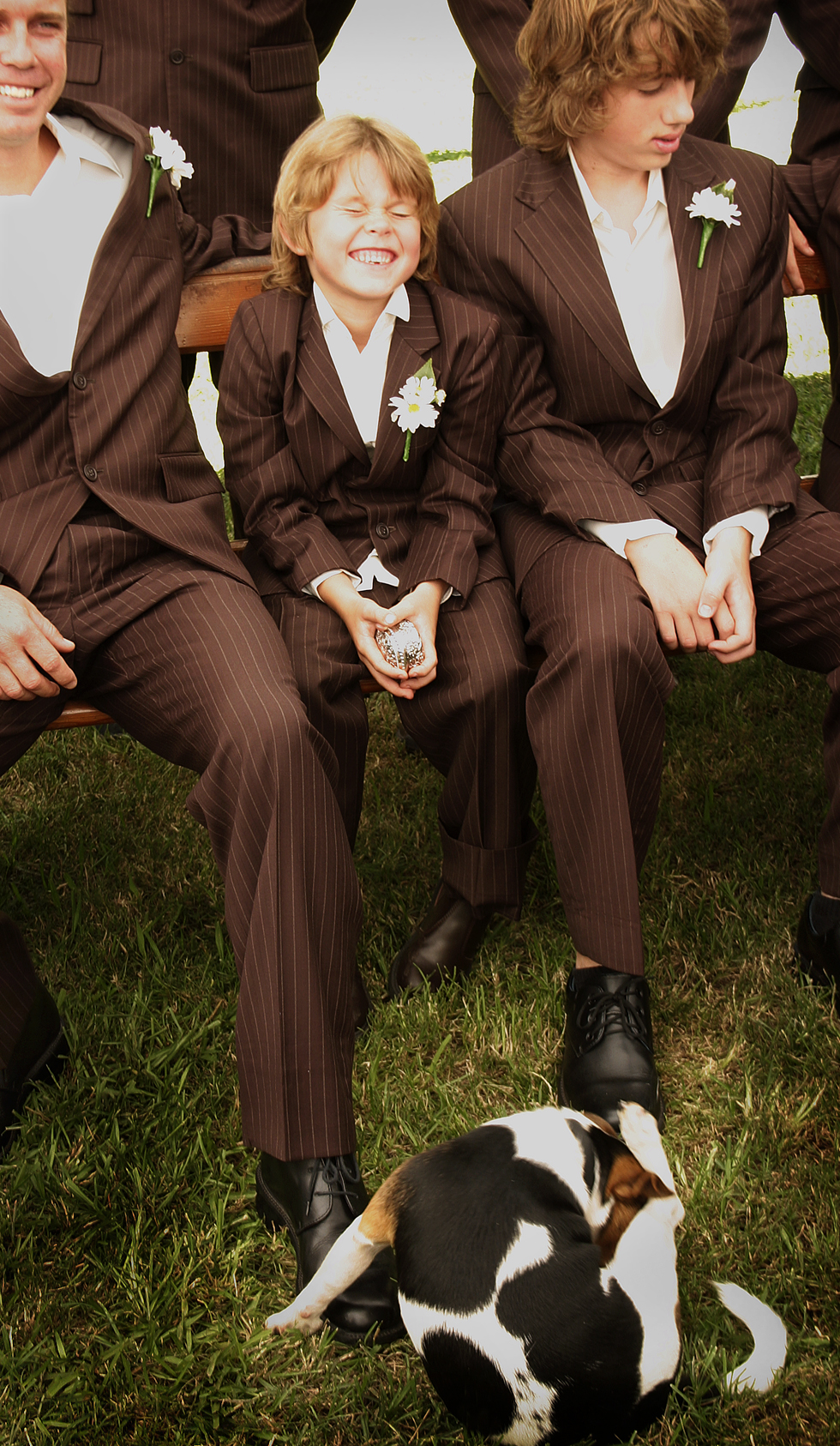 Cute-wedding-photo-misbehaved-wedding-guests.original