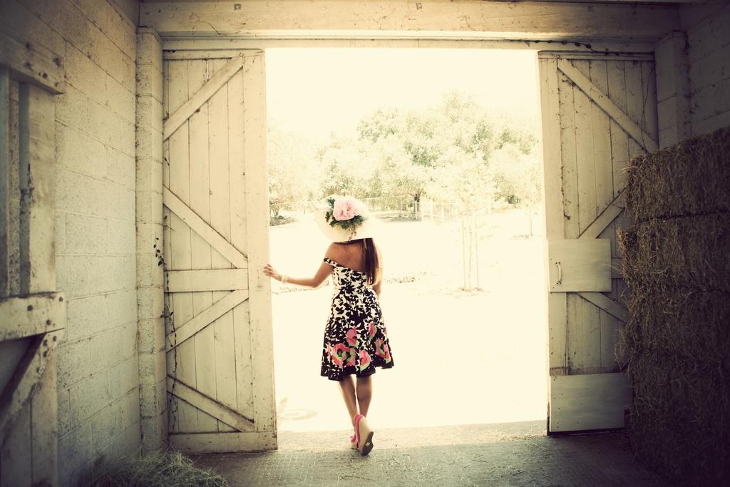 Kentucky-derby-inspired-wedding-theme-bridal-shower-inspiration-bridesmaid-in-floral-dress-elegant-hat.full