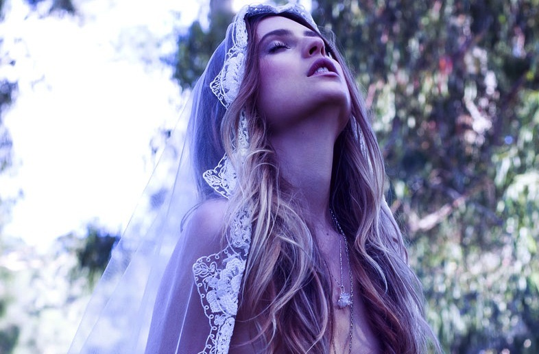 Bohemian-bride-rides-horse-tulle-lace-veil.full