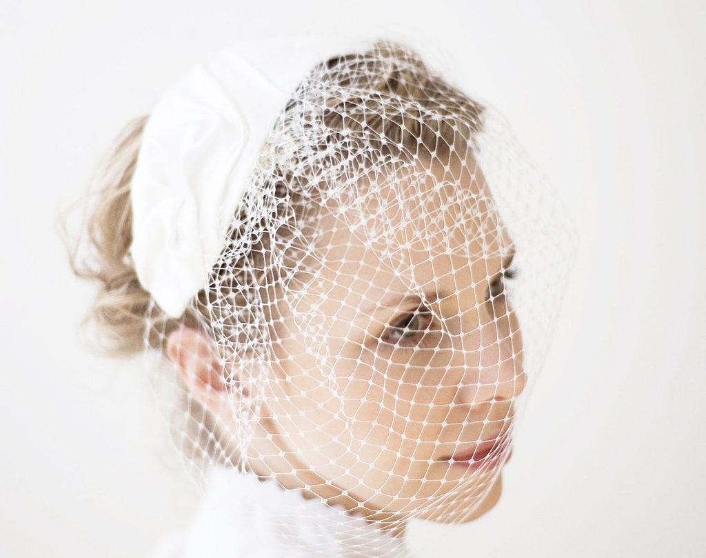 Mini-wedding-hat-crochet-with-birdcage-veil-blusher.full