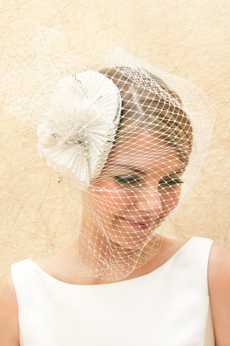 Bridal-veils-hair-accessories-by-suzy-orourke-birdcage-veil-with-flower.original
