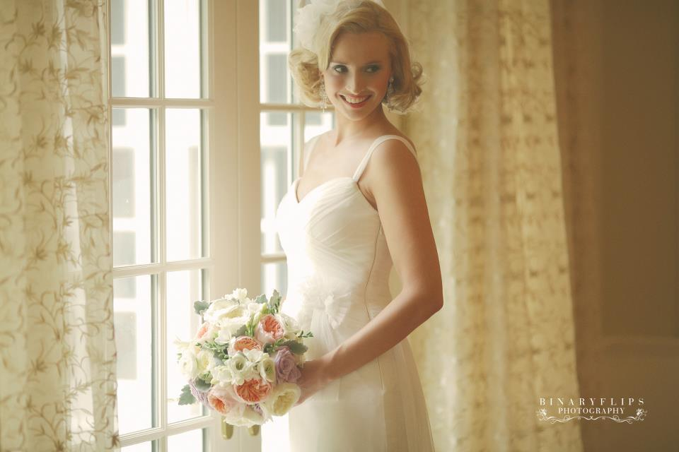 Wedding Hairstyles For Short Blonde Hair: Vintage Blonde Bride With Short Wedding Hairstyle