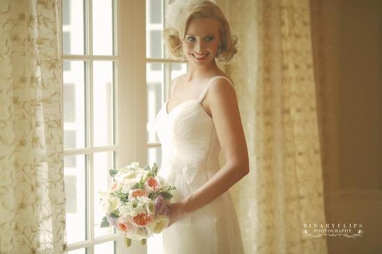 vintage blonde bride with short wedding hairstyle