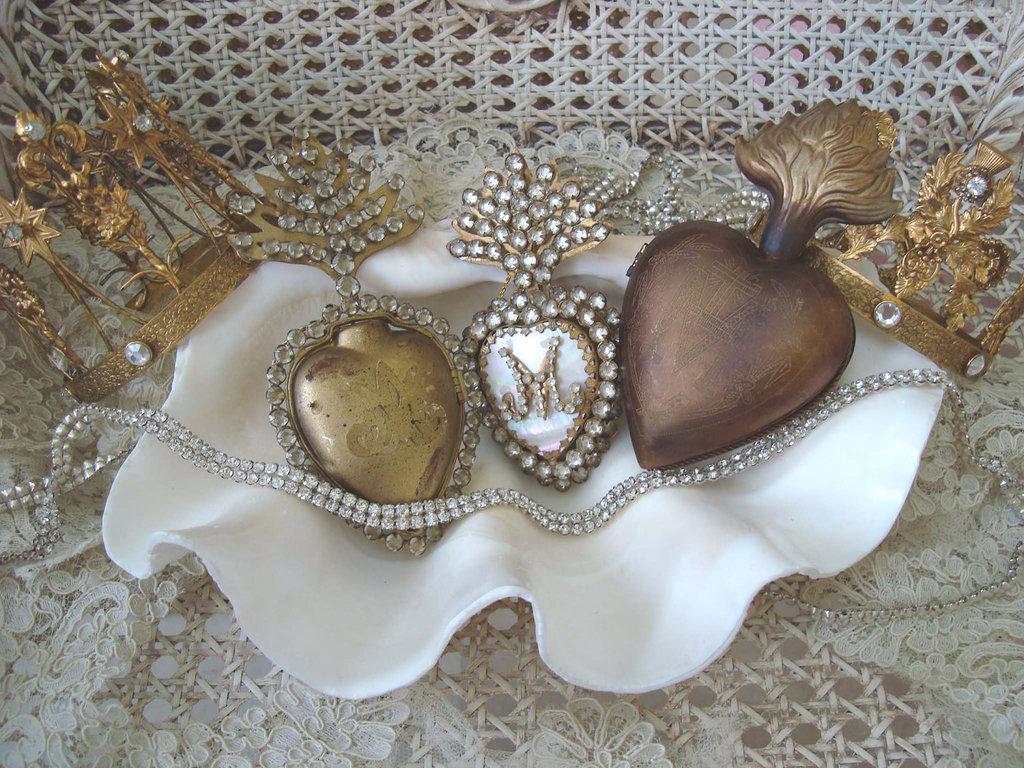 Vintage-wedding-reception-decor-details-monogram-gold-rhinestones.full