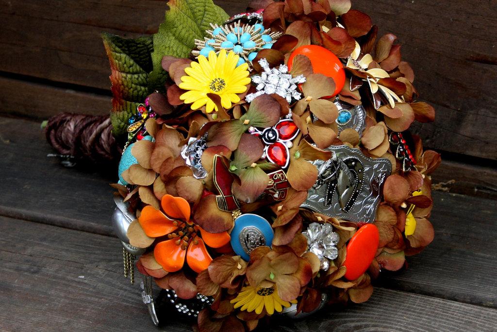 Brooch-bridal-bouquets-vintage-wedding-ideas-rustic.full