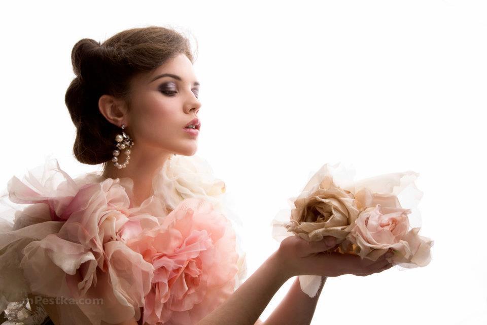 Short-wedding-hairstyle-romantic-bridal-style.full