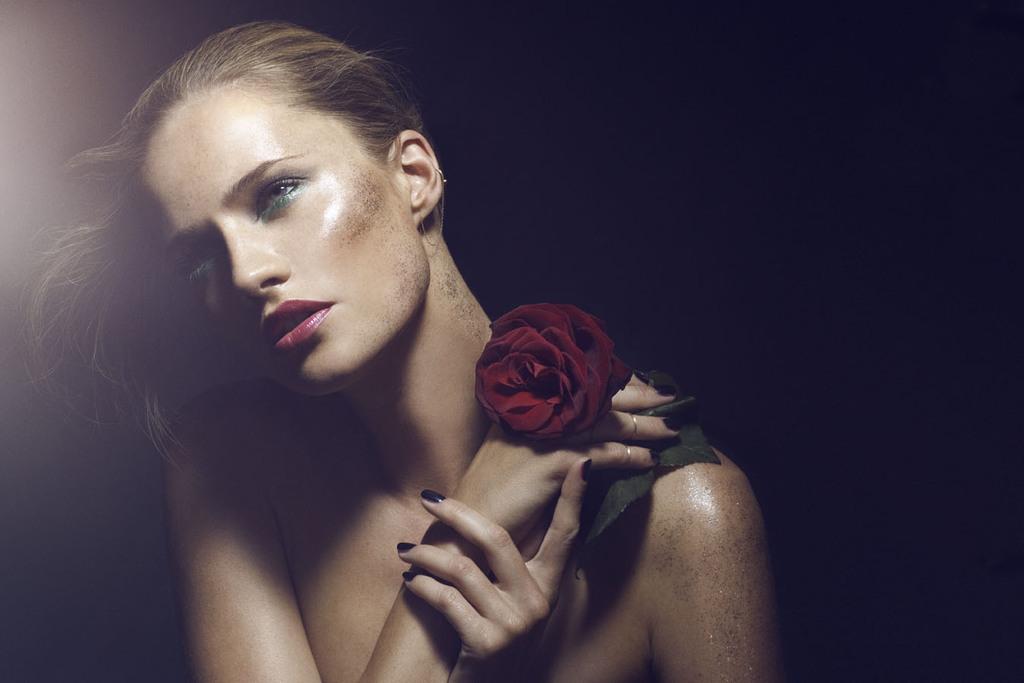 Wedding-hair-makeup-inspiration-green-liner-red-lips.full