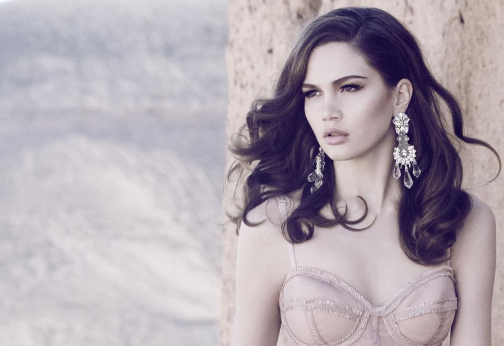 Bridal-beauty-inspiration-all-down-wedding-hair-statement-earrings.full