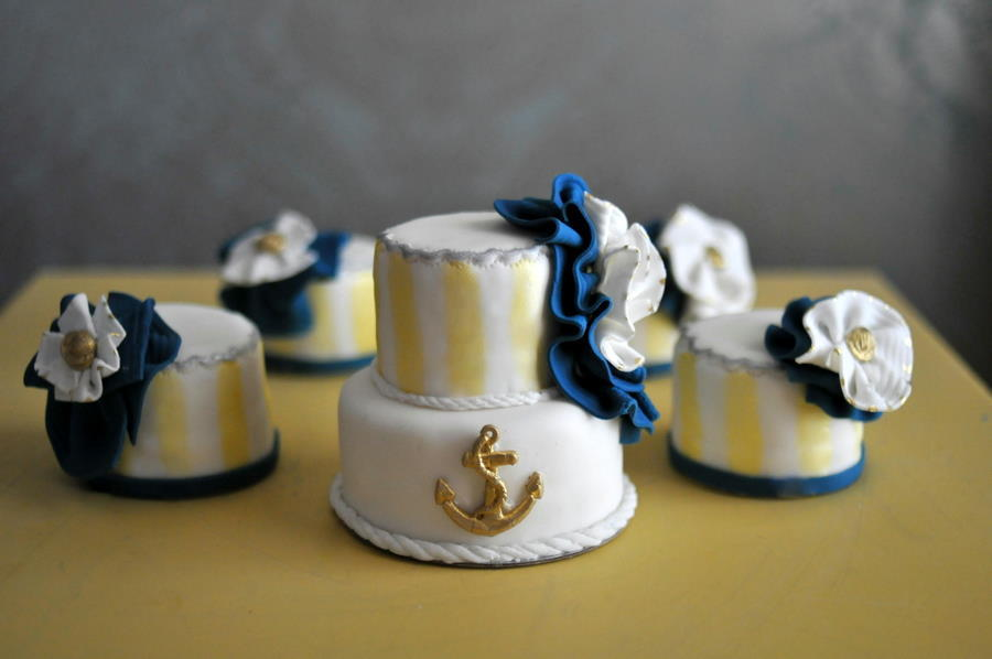 Nautical-wedding-theme-mini-wedding-cakes-navy-gold.full
