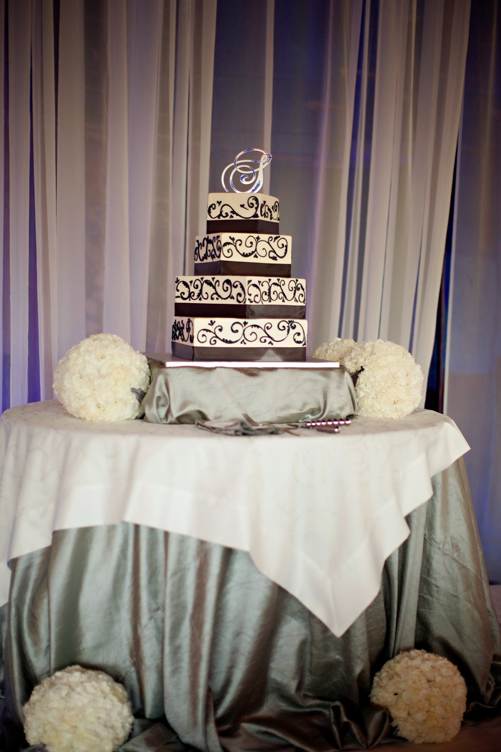 Real-weddings-classic-wedding-cake-damask.full