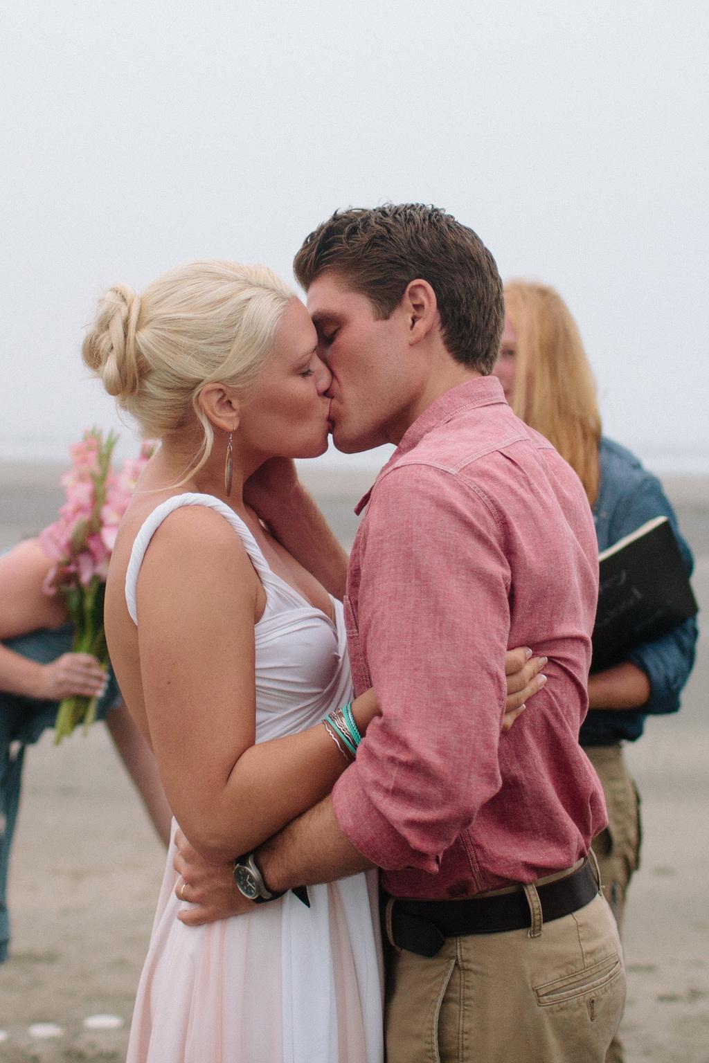 Coffey-wood-beach-real-wedding-linhbergh-photography-bride-groom-kiss-ceremony.full