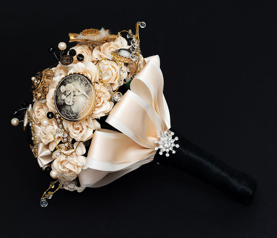 Elegant-brooch-bouquet-cream-gold-black.full