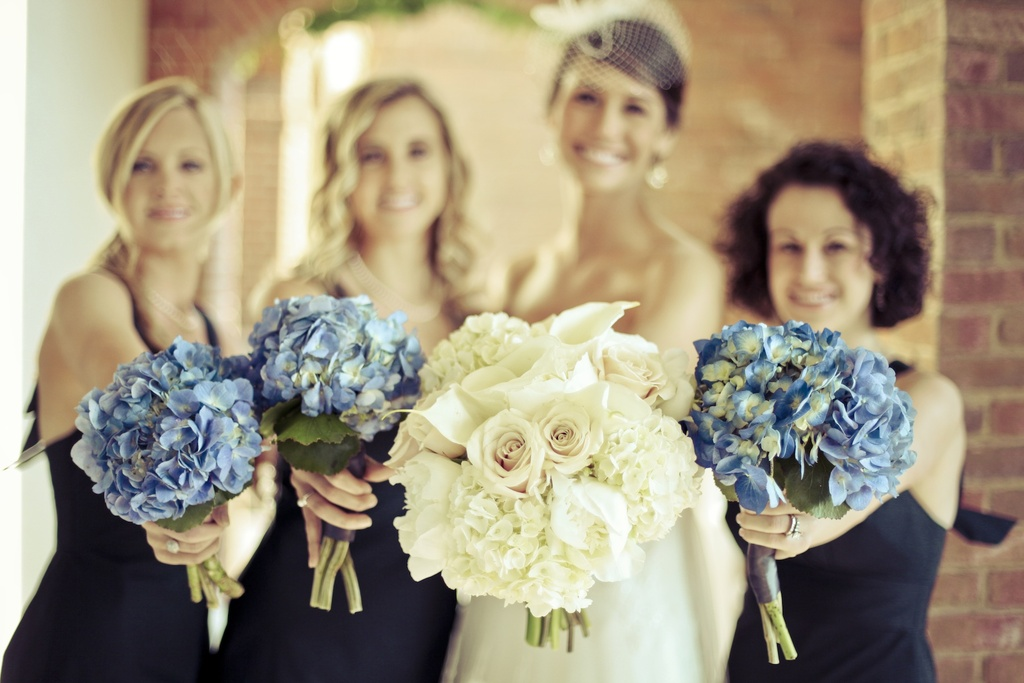 Charming-country-club-wedding-bride-bridesmaids-bouquets.full