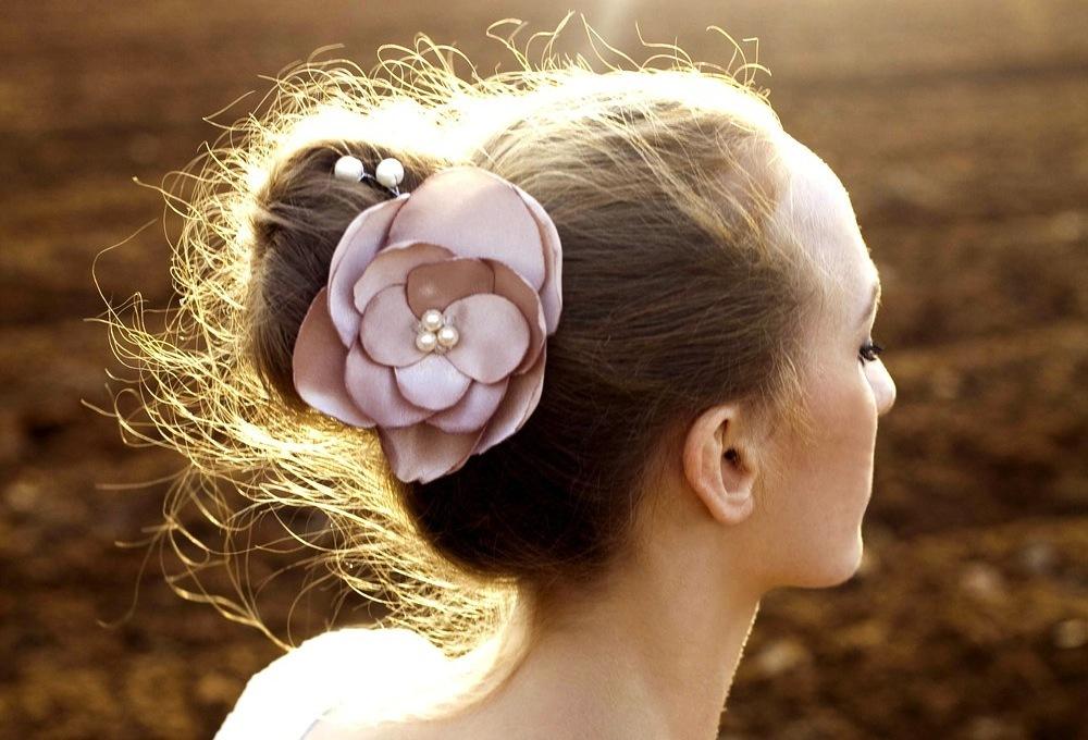 Pearl-wedding-accessories-handmade-etsy-wedding-finds-blush-hair-flower.full