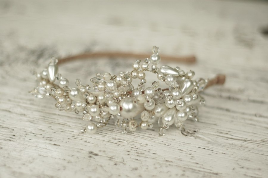 Pearl-crystal-bridal-headband-by-parant-parant.full