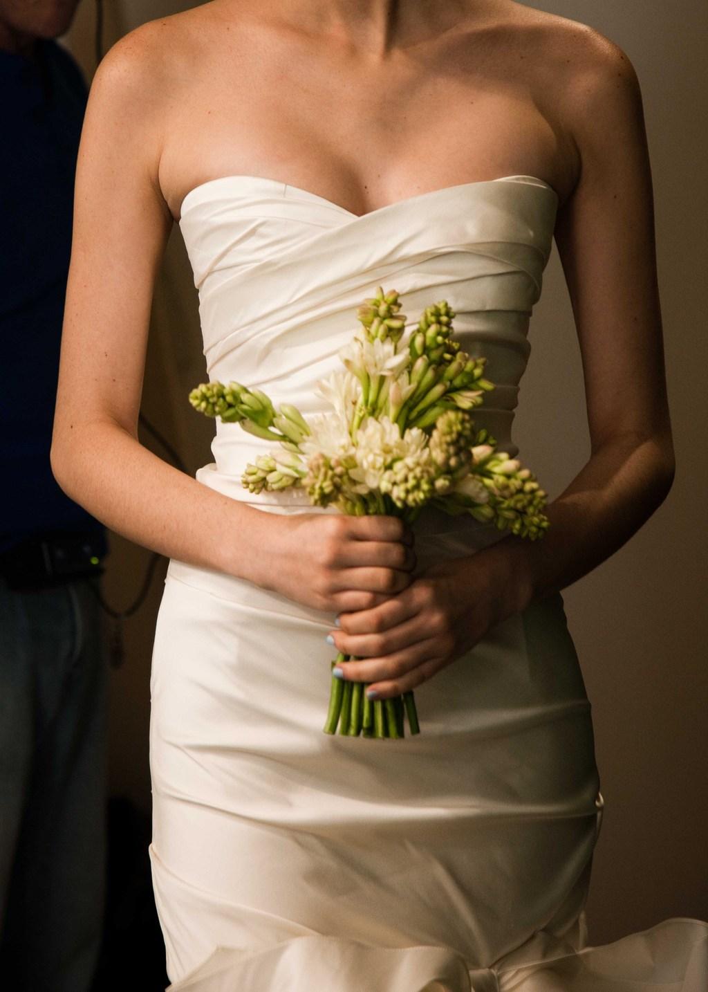 Elegant-wedding-flowers-oscar-de-la-renta-bridal-gown.full