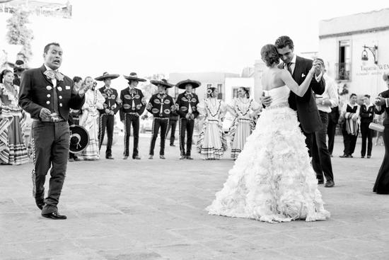 priceless wedding photo bride groom first dance mariachi band