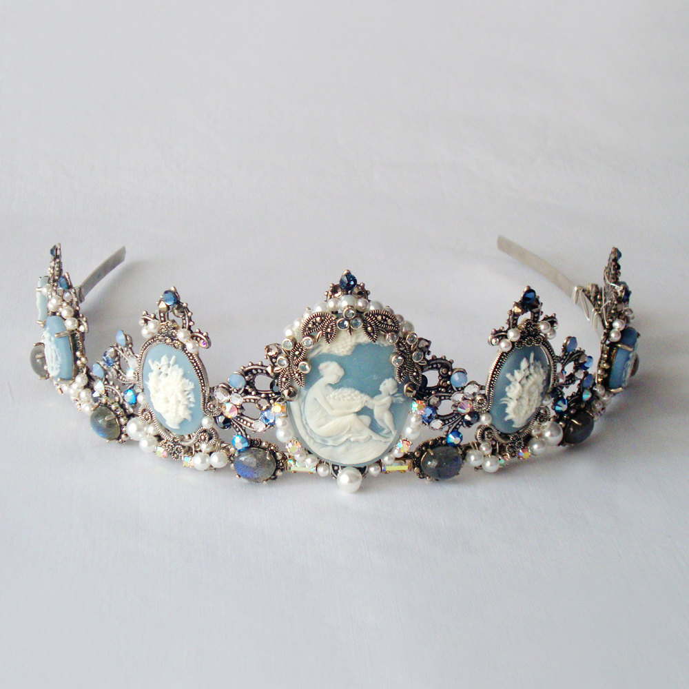 Something-blue-wedding-inspiration-bridal-style-spotting-tiara.original