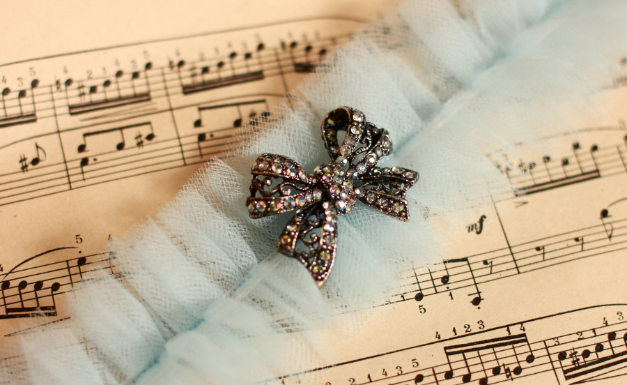 Something-blue-wedding-inspiration-bridal-style-spotting-garter.full