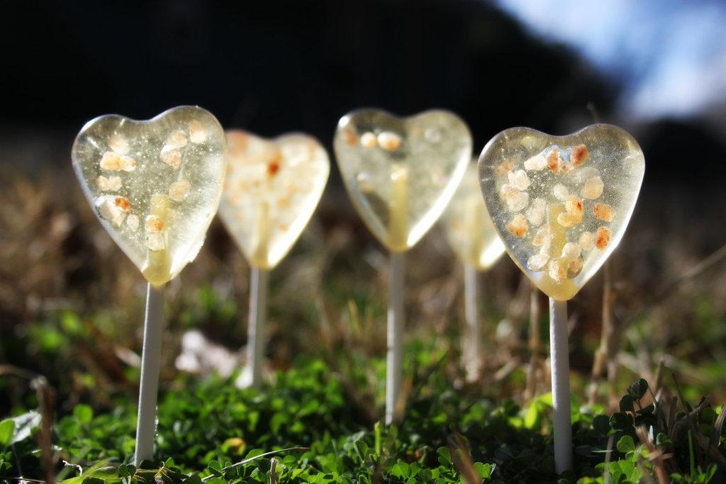 Heart-shaped-lollipops-wedding-favors-1.full