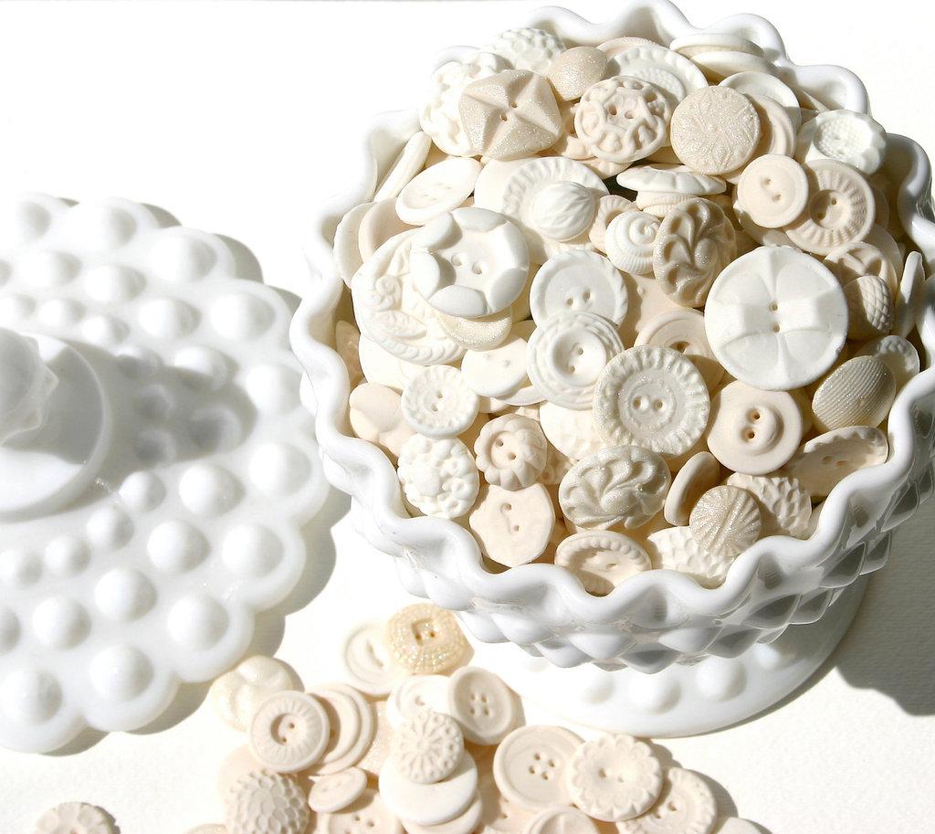 Sweet-wedding-treats-candy-buttons.full
