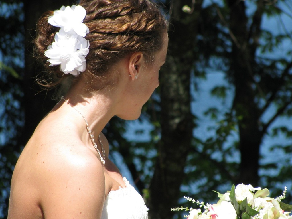 Simple-white-wedding-hair-flowers.full