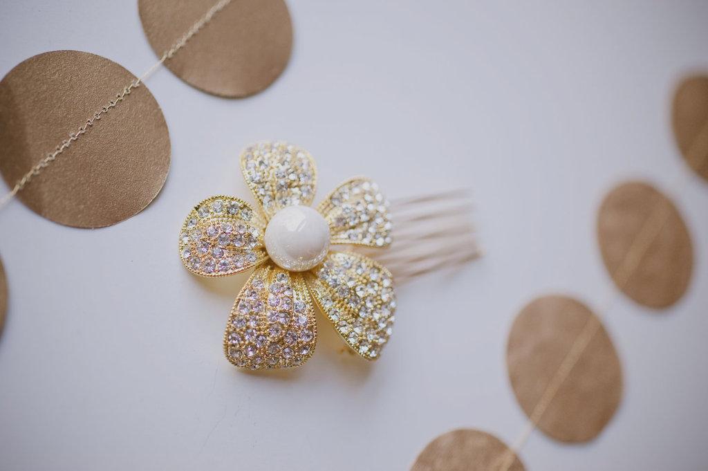 10-gorgeous-bridal-veils-wedding-hair-accessories-bethany-lorelle-gold-pearl-hair-flower.full