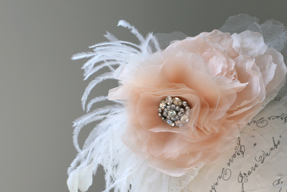 Peach-wedding-pretties-for-romantic-weddings-feather-flower-fascinator.full