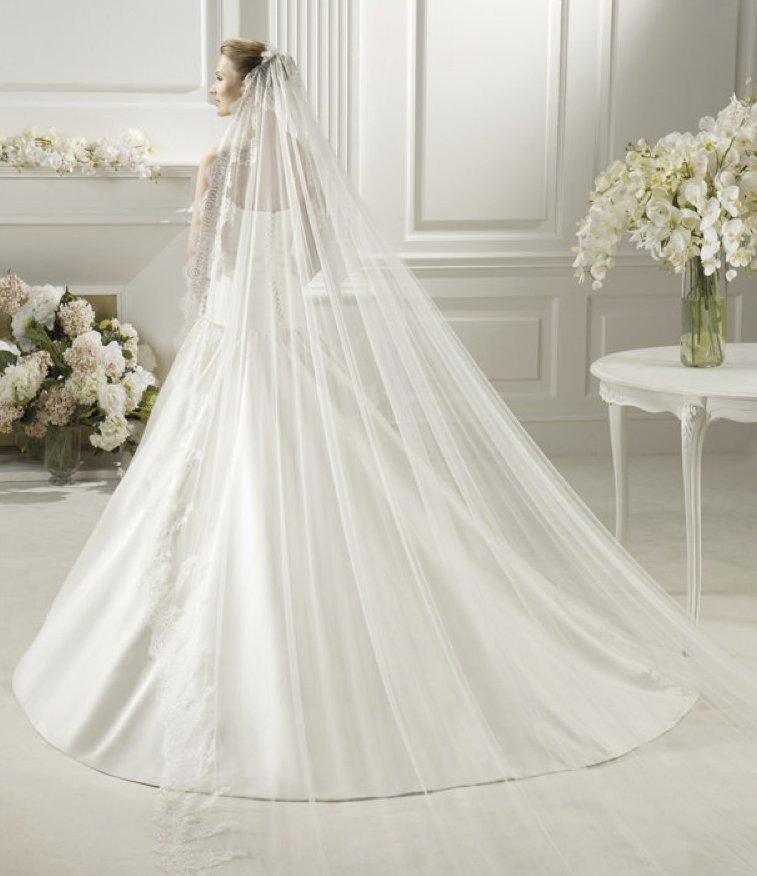 Romantic-wedding-hair-accessories-mantilla-bridal-veils-by-pronovias-1.full