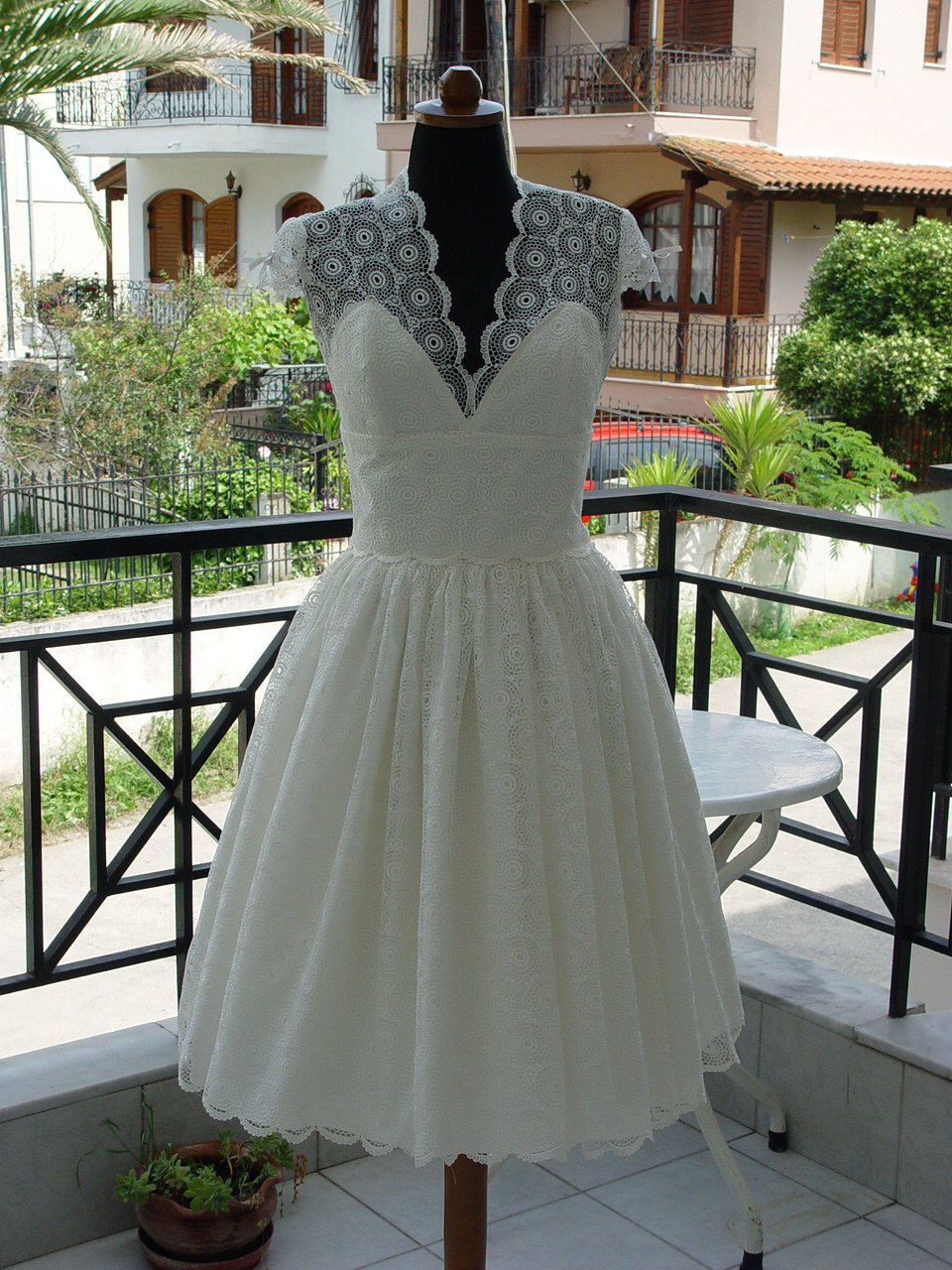 Lovely-lace-lwds-for-the-brides-wedding-reception-look-cap-sleeves-2.full