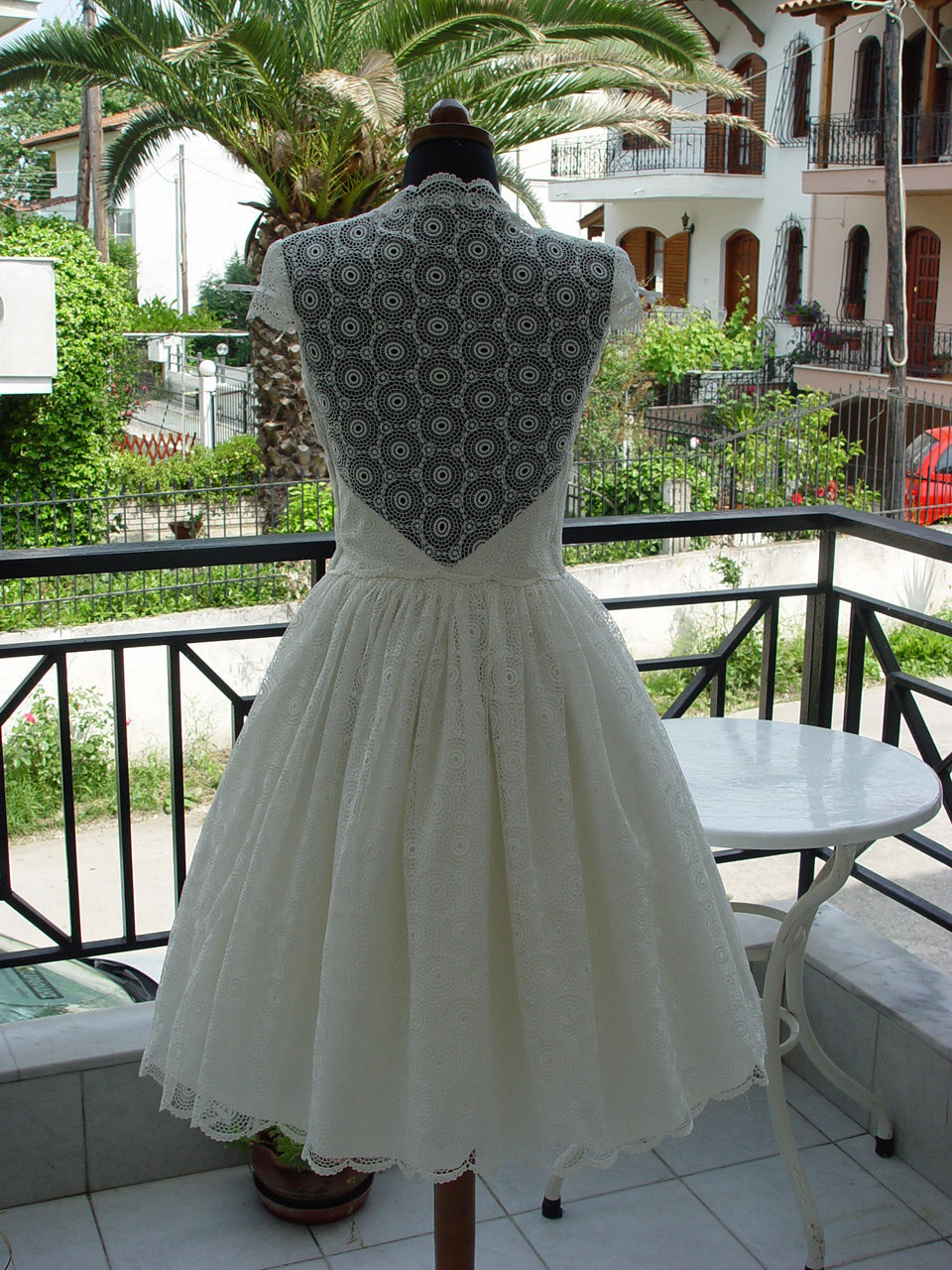 Lovely-lace-lwds-for-the-brides-wedding-reception-look-cap-sleeves-3.full