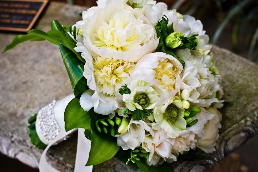 10 white wedding flowers we love bowl of cream peonies wedding 10 white wedding flowers we love bowl of cream peonies wedding centerpiece green accents mightylinksfo