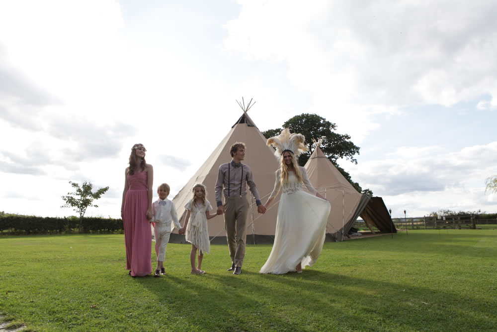 Outdoor-weddings-under-teepees-creative-wedding-ideas-bride-wears-dramatic-headpiece.original