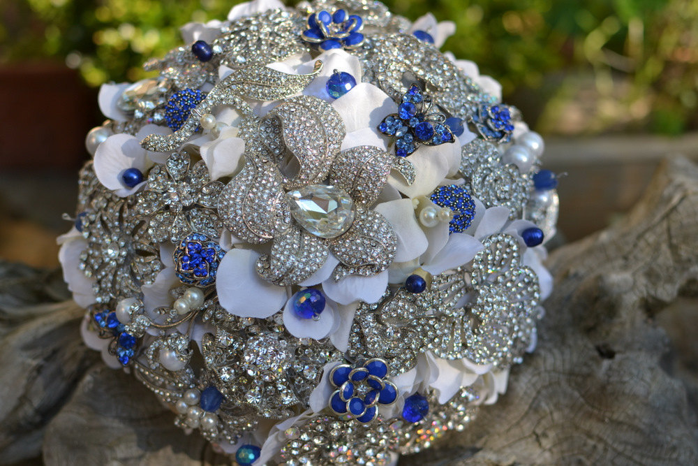 Brooch-bridal-bouquet-with-navy-details.full
