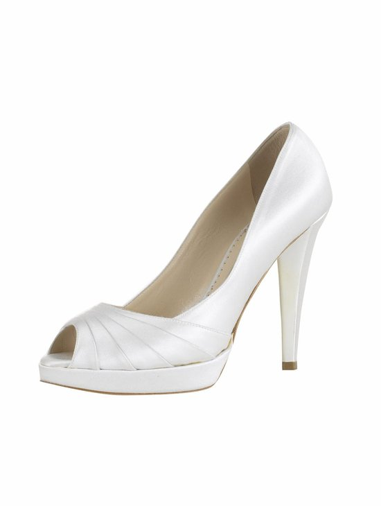 bridal shoes Oscar de la Renta wedding heels white pump with pleats