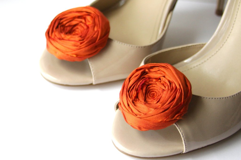 handmade wedding finds for Halloween themed I Dos orange shoe clips