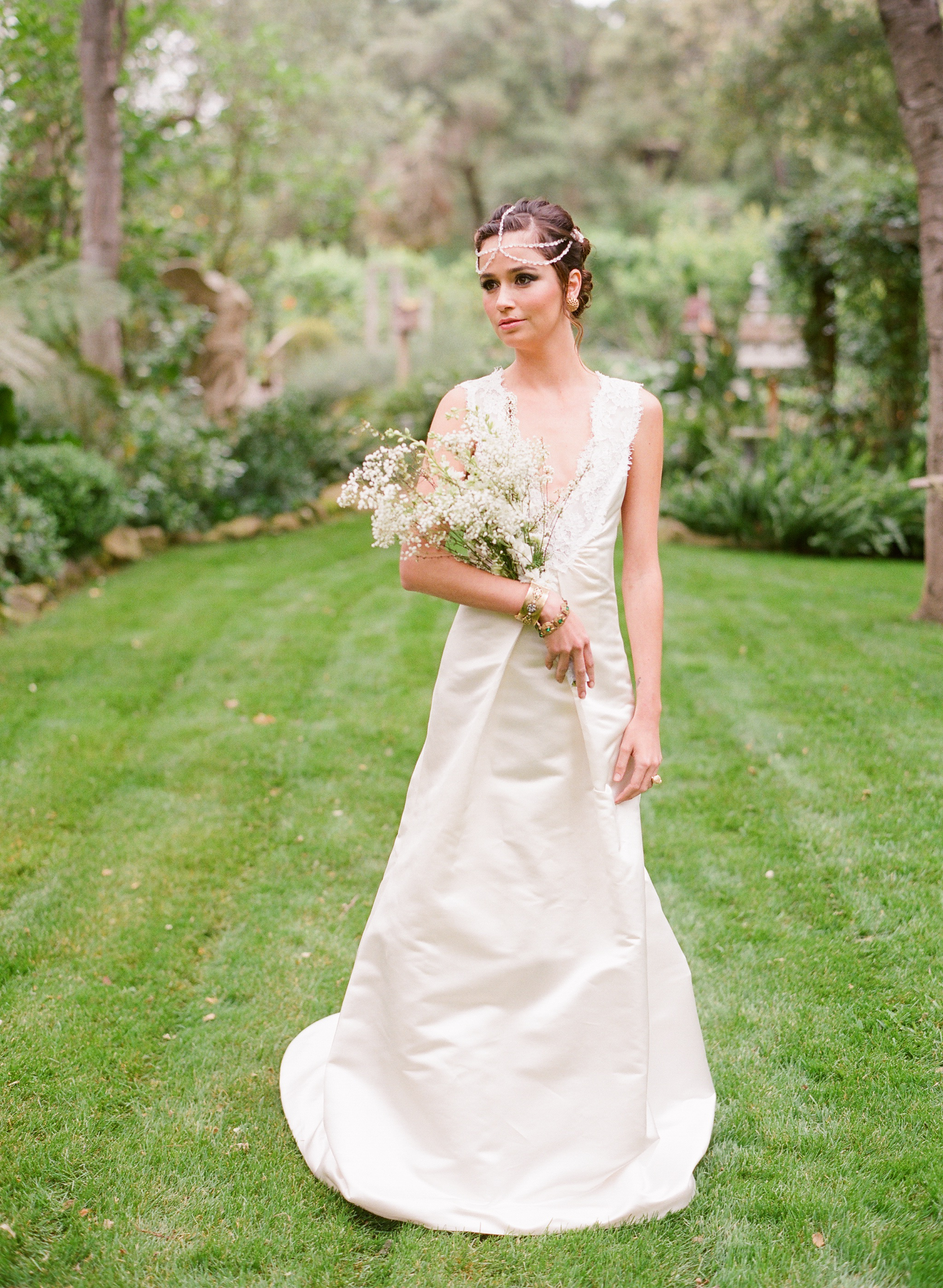 Guide to Match Wedding Dress and Bouquet