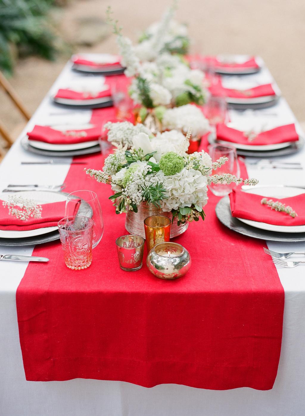 Styled-wedding-santa-barbara-chic-beaux-arts-photographie-italian-bohemian-wedding-venue-table-setting-red-white-flowers-antique-glass-012.full