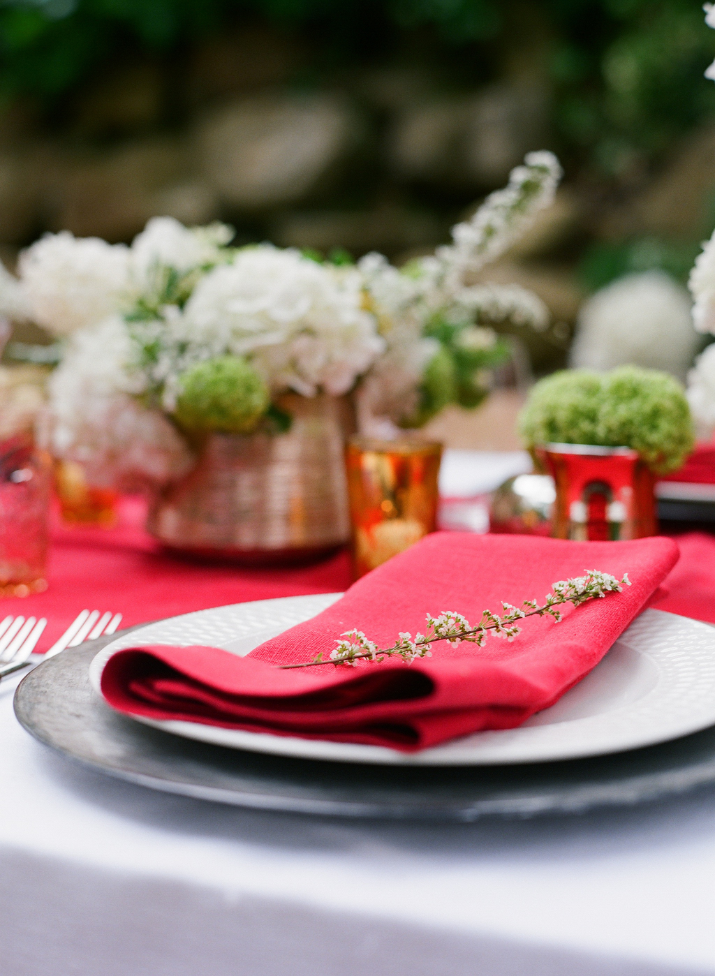 Styled-wedding-santa-barbara-chic-beaux-arts-photographie-italian-bohemian-wedding-venue-table-setting-red-white-flowers-antique-glass-013.full