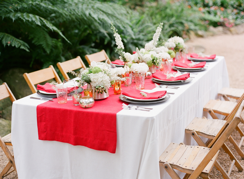 Styled-wedding-santa-barbara-chic-beaux-arts-photographie-italian-bohemian-wedding-venue-table-setting-red-white-flowers-antique-glass-021.full