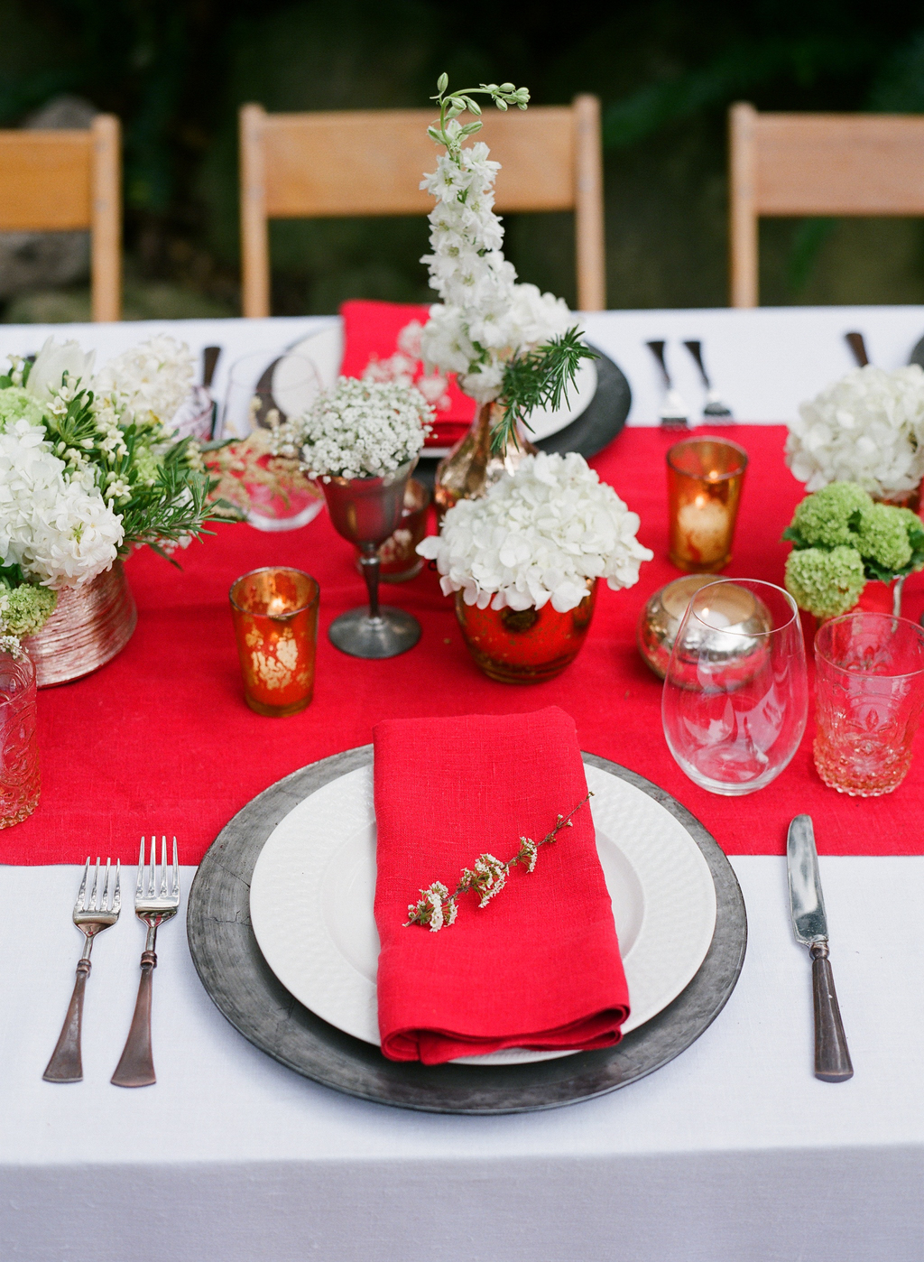 Styled-wedding-santa-barbara-chic-beaux-arts-photographie-italian-bohemian-wedding-venue-table-setting-red-white-flowers-antique-glass-032.full