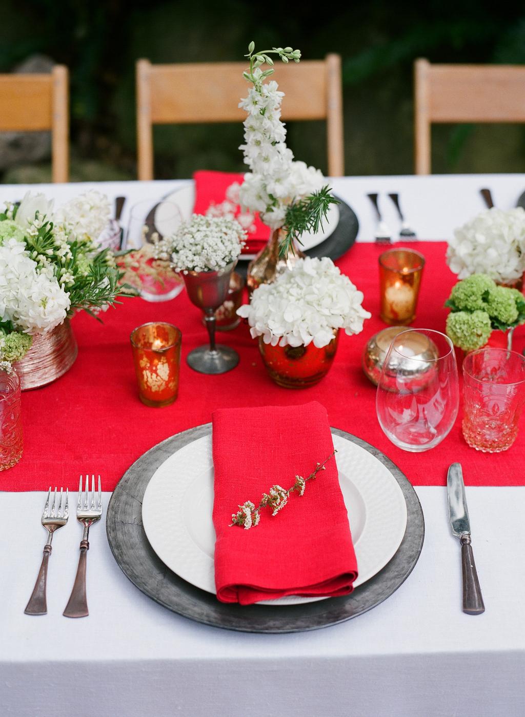 Styled-wedding-santa-barbara-chic-beaux-arts-photographie-italian-bohemian-wedding-venue-table-setting-red-white-flowers-antique-glass-032.full