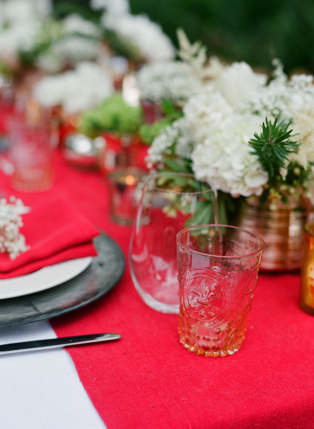 Styled-wedding-santa-barbara-chic-beaux-arts-photographie-italian-bohemian-wedding-venue-table-setting-red-white-flowers-antique-glass-033.full